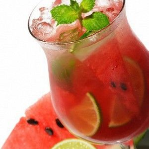 Ингредиенты для 2 порций • Листья мяты - 2 штуки • Лайм - ½ штуки    • Сахар - 1 чайная ложка • Ром белый - 1,5 столовые ложки • Арбуз мякоть - 3 столовые ложки • Лед - ½ стакана * Ром можно заменить водкой или различными домашними фруктово-ягодными наливками и настойками