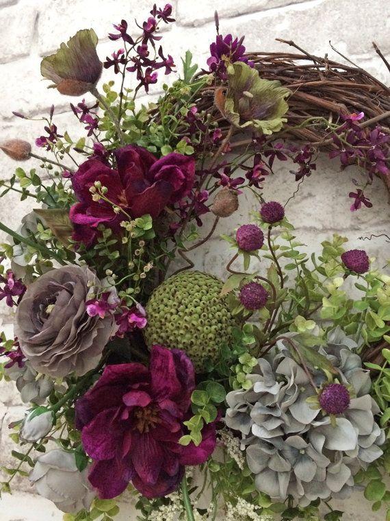 Zomer deur krans, de kroon van de voordeur, de kroon van de zomer voor de deur, buiten krans, lente krans, zijde bloemen krans, Grapevine krans, deur decoratie, krans op Etsy-  Deze mooie zijden bloemen krans werd handgemaakt met behulp van een wijnstok krans basis versierd met prachtige fluwelig fuchsia-paars zijde bloemen, appel groen zijdebloemen en zachte grijze zijdebloemen, weelderige kunstmatige groen, mos, en een groene deco-bal. Deze krans zou kijken prachtig weergegeven op uw muur…