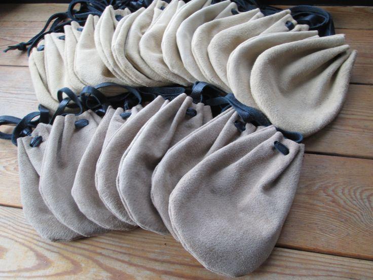 Bereit, Schiff--  Wählen Sie die Farbe an der Kasse; braun oder hellbraun-  Einen gemeinsamen Handlungsbedarf im Mittelalter war ein gutes Leder-Etui. Diese Drawstring Wildleder Leder Beutel stellen eine große Bereicherung für Ihre Renaissance Fair oder Pirat Kostüm! Diese sind groß, Ihr Geld in einer größeren Tasche oder für Kinder zu halten. (nicht groß genug für Handys).  Wenn oben nicht straff gezogen, Messen diese Taschen ca. 4 breit x 5 1/2 groß    Siehe unsere andere mittelalterliche…