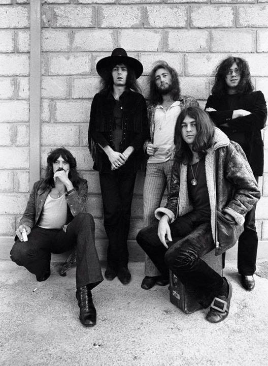 70 лет сегодня Роджеру Гловеру из Deep Purple. Он в центре а остальных участников можете назвать? - http://ift.tt/1HQJd81