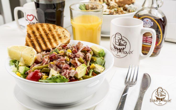 Caesar Salad. Insalata di lattuga freschissima con bacon croccante, pollo grigliato, scaglie di parmigiano e caesar dressing.