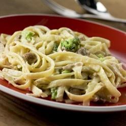 Penne Carbonara: Al dente lintpasta in een romige saus met ham, broccoli en champignons.