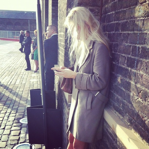 Some style spotting while we wait... Beautiful wool-blend coat. Great neutral shade! #streetstyle #lfw
