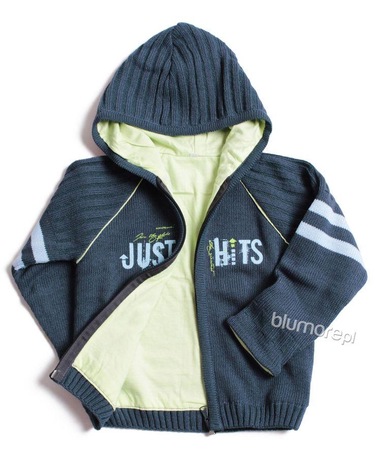 Świetna chłopięca bluza na każdą porę roku. Wykonana z tkaniny przypominającej sweter.  Wygodny kaptur i ozdobny napis to jedne z zalet tego modelu. Na pewno spodoba się twojemu synowi! | Cena: 78,00 zł | Link do sklepu: http://tiny.pl/gxclx