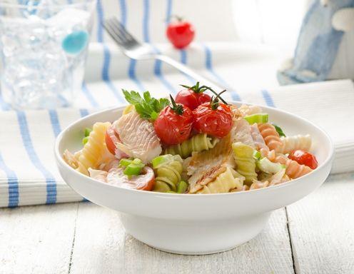 Rollini-Salat mit Paradeisern und geräucherte Forelle