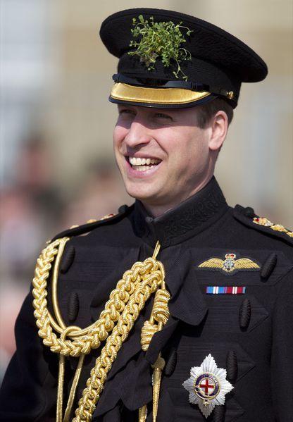 Le Prince William à la célébration de la Saint-Patrick, ce jeudi 17 mars face au 1er Bataillon de Gardes Irlandais, dans leur base du sud de l'Angleterre. Le prince portait, comme le veut la coutume, son uniforme de cérémonie des Gardes Irlandais, dont il est colonel.
