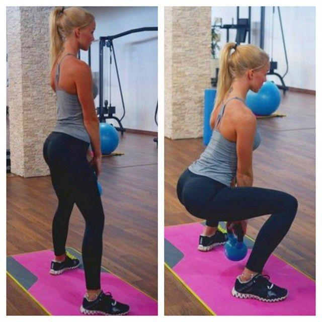 Плие- вид сбоку. Приседания плие – это изолирующее упражнение для тренировки внутренней части бедра, а также ягодичных мышц и бицепса бедер. Выполняется это упражнение с гантелями, хотя, иногда встречается и техника выполнения данного упражнения со штангой, но этот вид исполнения приседаний плие является неправильным. Дело �%B