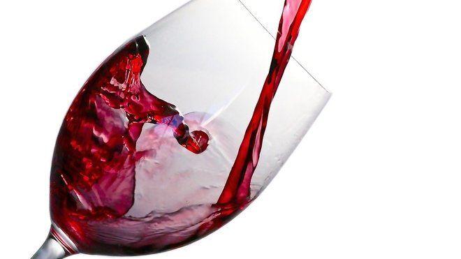 Jen jedna sklenka vína nebo jiných alkoholických nápojů denně výrazně zvyšuje riziko vzniku rakoviny prsu, zatímco intenzivní cvičení, jako je běh a jízda na kole ho snižuje. Ukázala to velká studie zaměřená na vliv stravy, výživy a tělesné aktivity na nemoci.