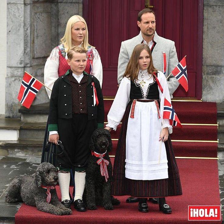 Cumpliendo con la tradición, los príncipes Haakon y Mette-Marit han celebrado el Día Nacional posando con sus hijos la princesa Ingrid y el príncipe Sverre y sus perros a las puertas de su residencia de Skaugum, en Oslo. Todos han vestido los tradicionales trajes noruegos y todos, canes incluidos, han lucido los colores de la bandera noruega. Sólo faltaba Marius, el hijo mayor de la princesa Mette-Marit, que estudia en California. #royals #noruega #mettemarit #haakon
