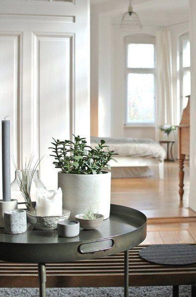 Willkommen im Indian-SoLebIch-Summer! Die schönsten Wohn- und Dekoideen aus dem Oktober | SoLebIch.de Foto:alST #dekoration #einrichtung #dekoideen #deko #interior #interiordecor #beistelltisch #zimmerpflanze #grün #weiß