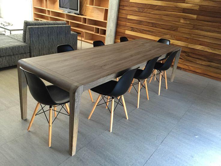 Nos encanta como nuestra clienta Isela creo un espacio único combinando distintos materiales e incluso tonos de madera. Su elección de sillas Eames negras le dieron el toque final a su comedor. #TuEspacioLASDDI #InteriorDesign #Lasddi.com