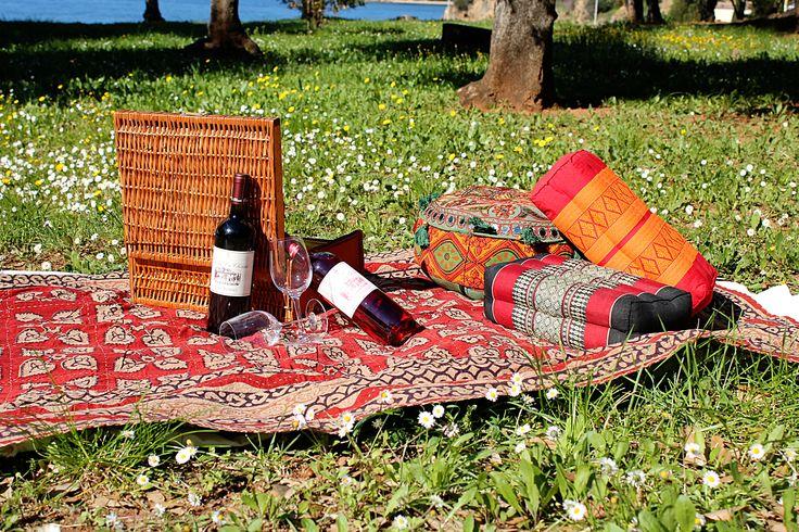 Pic nic alla Tenuta La Chiusa! Teli e cuscini indiani e vino della Tenuta. #elba #india #vino #arredamento #tessuti
