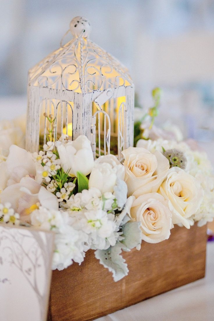 Birdcages of every size, style and color add an elegant romantic feel to your table. www.MiaBellaVita.com #weddingcenterpiece