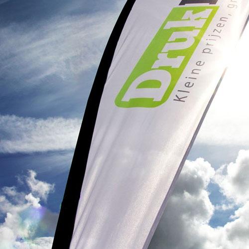 Dropflags, altijd strakgespannen zodat uw logo atlijd goed zichtbaar is. Opvallend op het strand en bij evenementen.