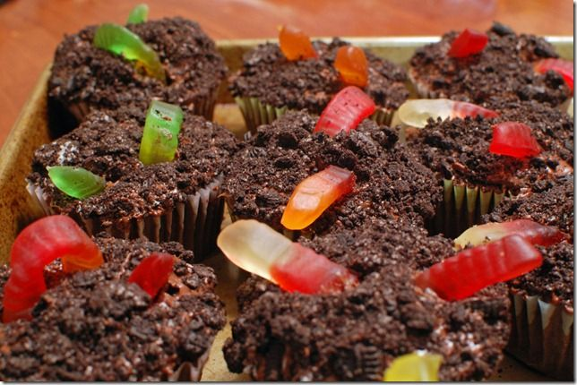 """Dirt"" and ""Worm"" cupcakes"