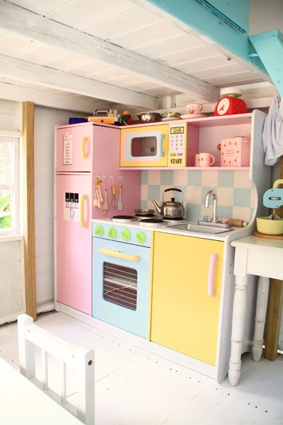 There are many variations of this type of play kitchenette made from bookshelves online but this is possibly one of my fav's. Guess what my grandkids may be getting in the future? :)