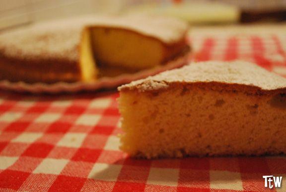 """La torta paradiso originale è quella della pasticceria Vigoni a Pavia. Fu Enrico Vigoni, nel lontano 1878 ad inventarla e una nobildonna, assaggiandola, conio il nome """"torta Paradiso""""."""