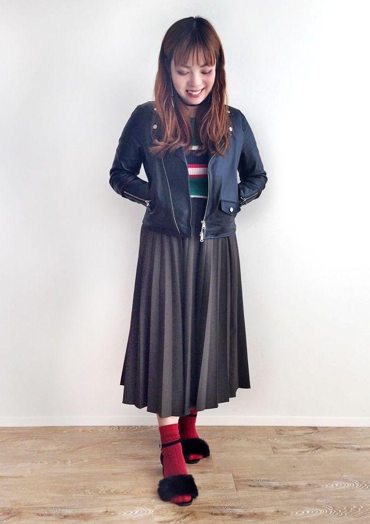 黒のライダースがカッコいい、ブラックコーデ。 赤色のソックスとファーサンダルで奇抜な印象に。  『ラメリブソックス』¥350+税 color : 赤 (その他スタッフ私物)