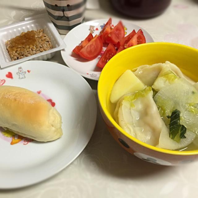 今日の夕飯  今日作った塩パン 水餃子スープ 納豆 トマト  スープは鶏ガラでー! - 12件のもぐもぐ - 焼きたて塩パンと水餃子スープ by bububu06