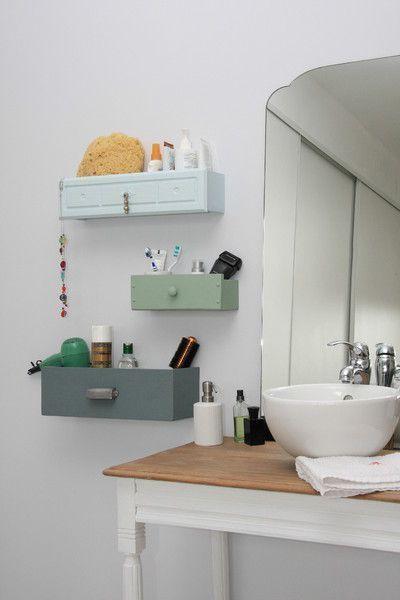 Eine Idee um alte #Schubladen wiederzuverwenden – #DIY #Bastelideen für's Badezimmer. Praktisch aufgehängte Schubladen dienen als Regal für Ordnung im Bad