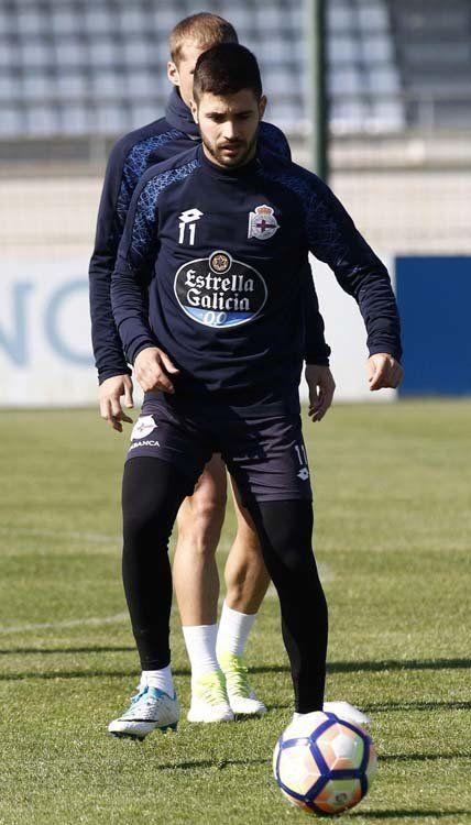 Carles Gil, durante un entrenamiento en la presente temporada en Abegondo | j.a.