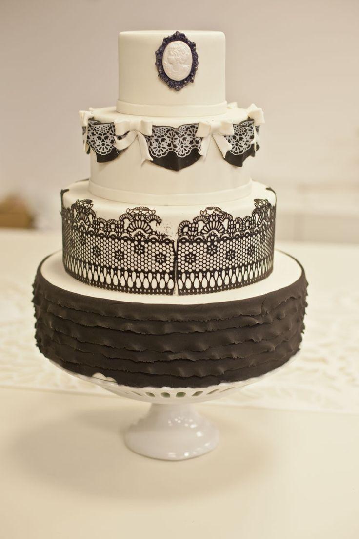 Wedding details, wedding cake, black and white. Photography by Katarzyna Zydroń, more on katarzynazydron.pl