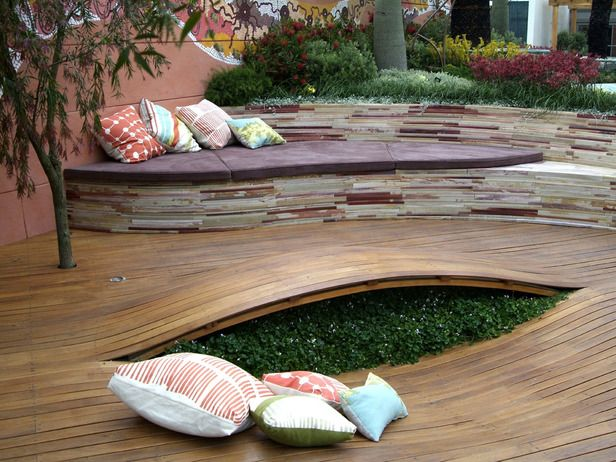 The undulating deck splits to reveal a pocket of Australian native violets. Where the deck dips, an ergonomic seating area is created. Jamie Durie.