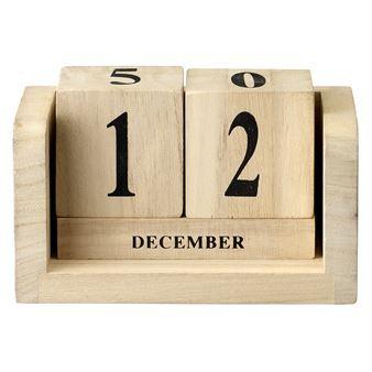 Håll reda på dagarna med de retro-liknande kalendertärningarna från Bloomingville. Tärningarna är tillverkade i ljust trä med siffror och text i svart. Tärningarna passar utmärkt att ge bort som present och blir snygga att ställa på nattduksbordet eller i bokhyllan!