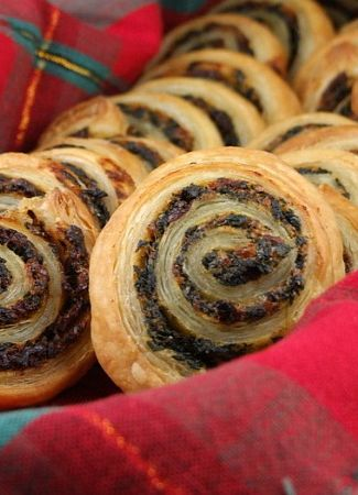 Spinach and Sundried Tomato Puff Pastry Pinwheels #recipe