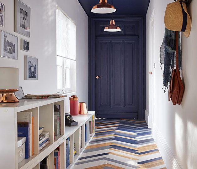 Accentuer l'effet de profondeur  Dans ce couloir, la porte d'entrée et quelques lames du parquet sont peintes dans un bleu profond pour accentuer la profondeur de la pièce. http://www.castorama.fr/store/pages/zoom-sur-la-peinture-bleu-stone.html