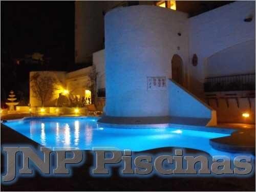 piscina de lujo con iluminacin
