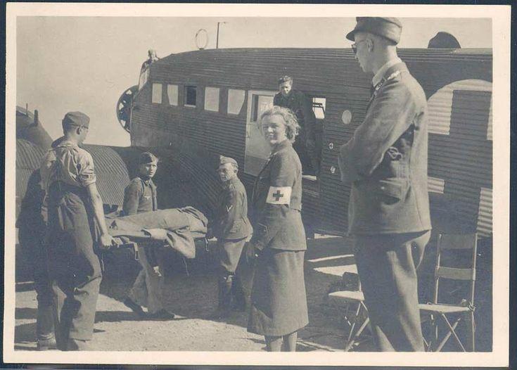 """SS Bildpostkarte """"Kampf der SS-Gebirgsdivision Nord in Karelien - Abtransport Verwundeter mit Lazarett-Ju"""", ungebraucht. Klebepunkt auf der Rückseite."""