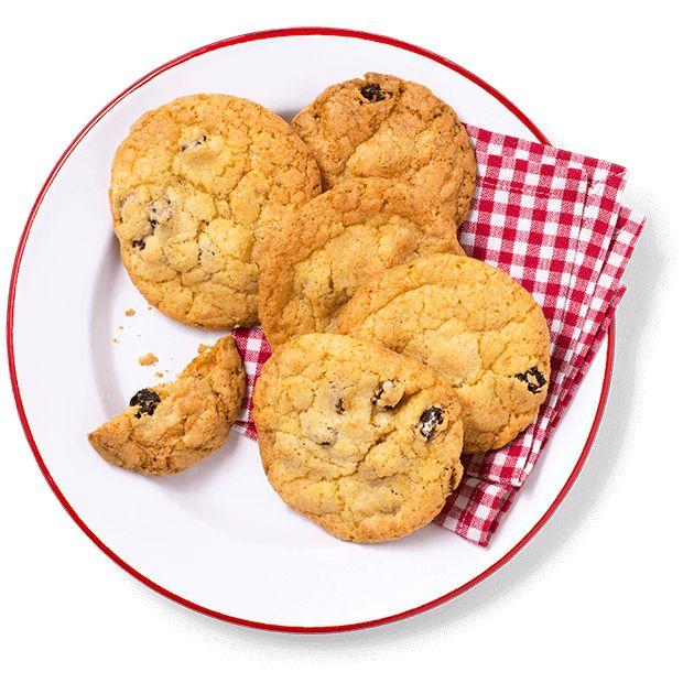 Deilige, myke cookies med smak av jul. Her er biter av pepperkakedeig, rosiner og sjokolade bakt inn. Oppskrift på superkjappe cookies.