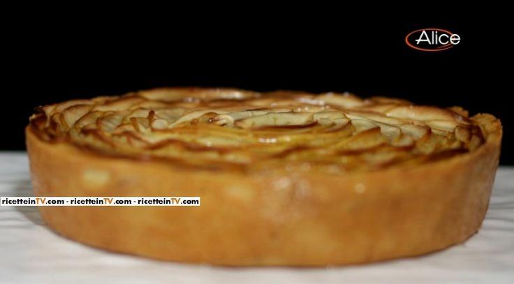 La torta frangipane alle mandorle, mela golden e cannella del pasticciere Gianluca Aresu, proposta all'interno del programma di Alice Festa in tavola.