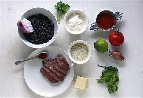 Zutaten für 4 Burritos    4 Tortilla-Fladen (siehe Rezept oder gekaufte)150 g abgelegenes Steak (hier: Sirloin)120 g ungekochter Langkornreis (zB Parboiled oder Naturreis)4 gehäufte EL milder, junger, geriebener Cheddar (60 g) (Ersatz: Gouda)    Sauerrahmsauce125 g Sauerrahm, ⅛ TL Salz, ¼ TL frisch gemahlener schwarzer Pfeffer, einige Blätter frische Petersilie, gehackt  Pico de Gallo1 Tomate (ca. 125 g), 1 kleine Schalotte (30 g), 1 kleiner Jalapeño, 2 TL Limettensaft, einige Blätter…