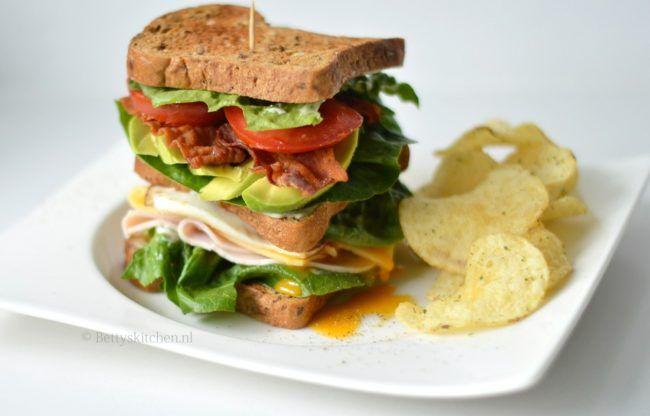Club Sandwich met Kip, ei, tomaat, avocado en nog meer. - Met glutenvrij brood.