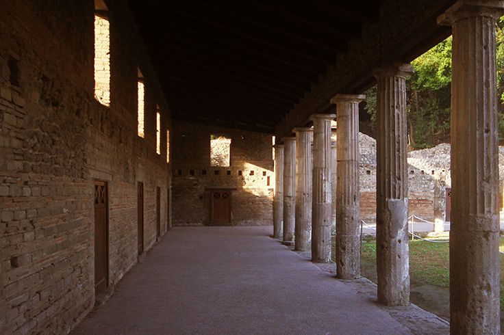 D.Signers | ¿Qué pasó en Pompeya? 26.Cuadripórtico de los teatros o cuartel de los gladiadores. El cuartel de los gladiadores se encuentra detrás del teatro grande donde desarrolla un gran cuadripórtico circundado por unas 74 columnas dóricas. (Ubicado en la zona VII).