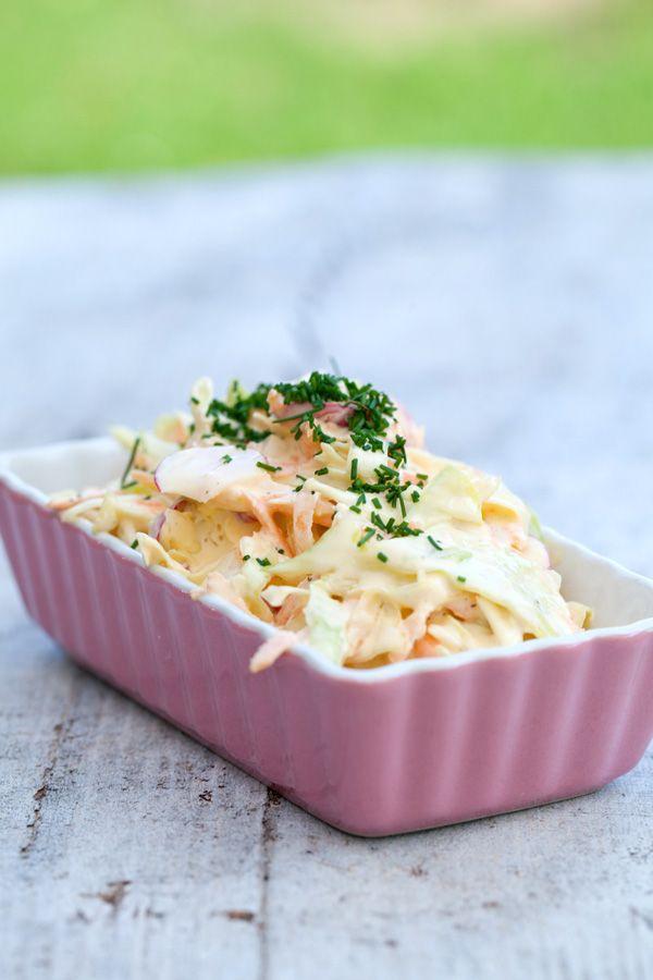 [ Coleslaw på svenskt vis ] 2 dl gräddfil / 3 msk majonnäs / 1 msk olja / ca 2 tsk pepparrot / örtsalt & svartpeppar / 1/4 vitkålshuvud / 3 morötter / 10 rädisor / gräslök | Blanda gräddfil, majonnäs, olja, riven pepparrot, salt & peppar i bunke. Finhacka vitkålen, skala + riv morötterna. Ha i detta, rör om. Låt gärna stå ett par tim i kylen. Innan servering, tvätta och skiva rädisorna tunt, blanda i. Toppa med lite finhackad gräslök.