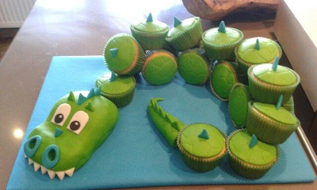 Draken/dino taart met cupcakes