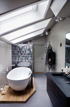 Des couleurs chics et neutres, une baignoire ilot, carrelage mural   chic and Neutral colours, island bath tub  #Salledebain  #bathroom  Plus de découvertes sur Déco Tendency.com #deco #design #blogdeco #blogueur