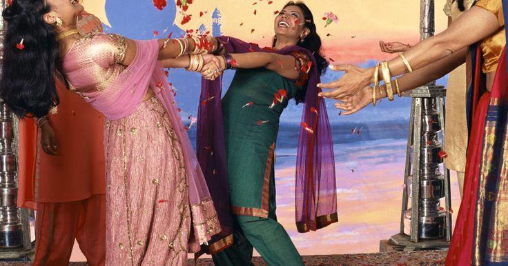 Cómo vestirse para una fiesta Bollywood. Bollywood es un término utilizado para describir la industria fílmica de India. Estas películas están basadas en Mumbai y en lengua Hindú. Una fiesta Bollywood imita los vestuarios utilizados por los actores y actrices de Bollywood. Esta fiesta está llena de colores brillantes y telas exóticas. Si has sido invitado a tu primera fiesta de Bollywood ...