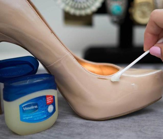 Usar um sapato lindo de verniz e voltar para casa com manchas e arranhões no…