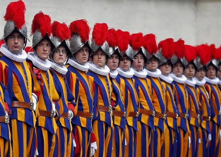 Soldados da Guarda Suíça participam de cerimônia no Vaticano de boas vindas a 35 novos membros - http://revistaepoca.globo.com//Sociedade/fotos/2013/05/fotos-do-dia-6-de-maio-de-2013.html (Foto: EFE/Alessandro Di Meo)