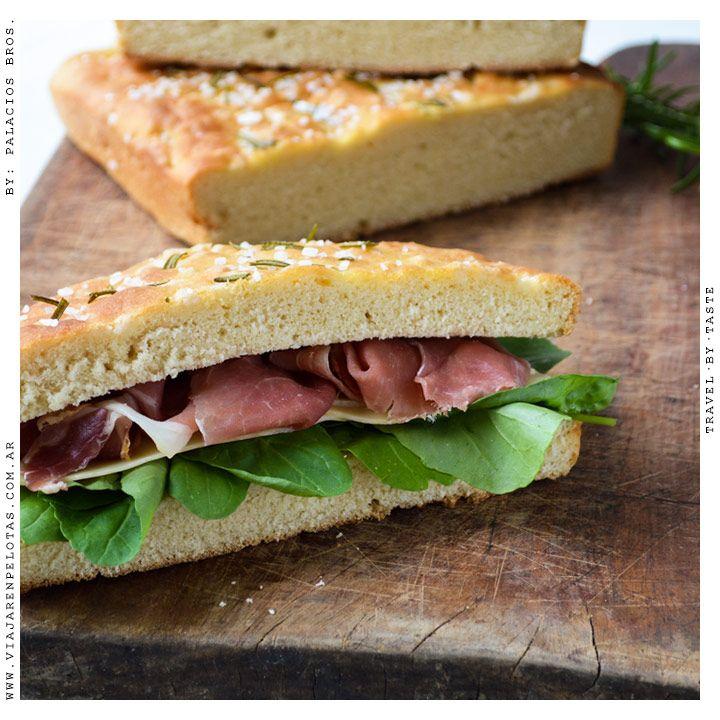 Clásica Focaccia para acompañar cómo quieras! por ejemplo con jamón crudo, rúcula y aceite de oliva queda genial.. >> Receta en el Blog!