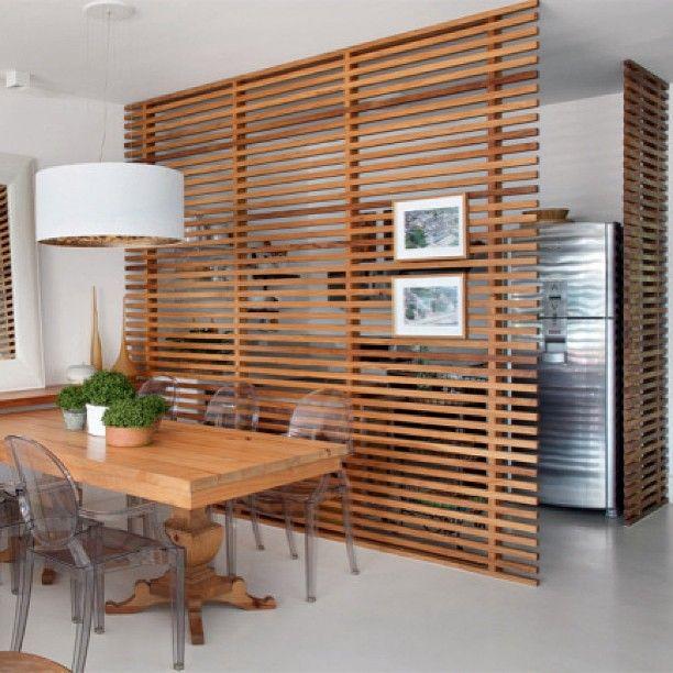 O painel com ripas delimita o espaço da cozinha mas ainda proporciona integração com a mesa de jantar. Por Ana Claudia Costa e Bianca Notari #designdecor #design #decor #decoração #interiores #interiordesign #homedecor #arquitetura #architecture