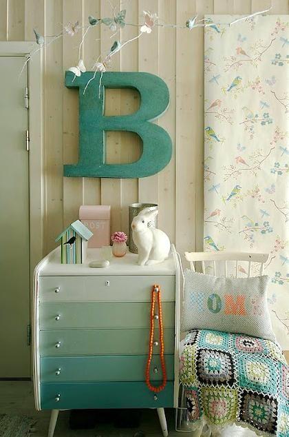 Commode, lapin lampe Egmont et papier peint