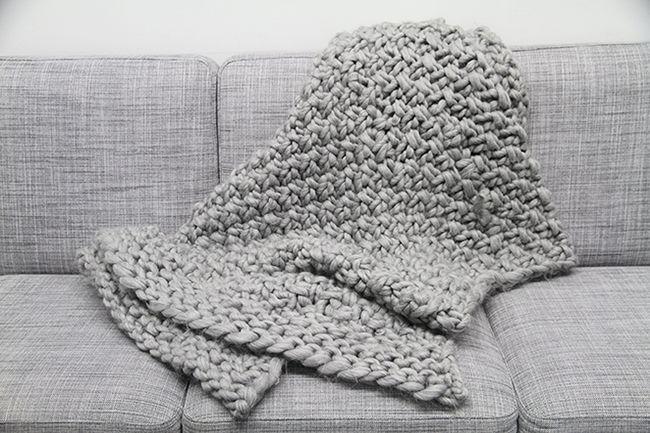 Große Maschen sind im Trend - und derzeit wohl von keiner Couch wegzudenken.Unsere extra-kuschelige Decke aus XXL-Garn sieht kniffliger aus als sie ist. Also ran an die Stricknadeln und her mitdeiner neuen besten Freundin auf dem Sofa!