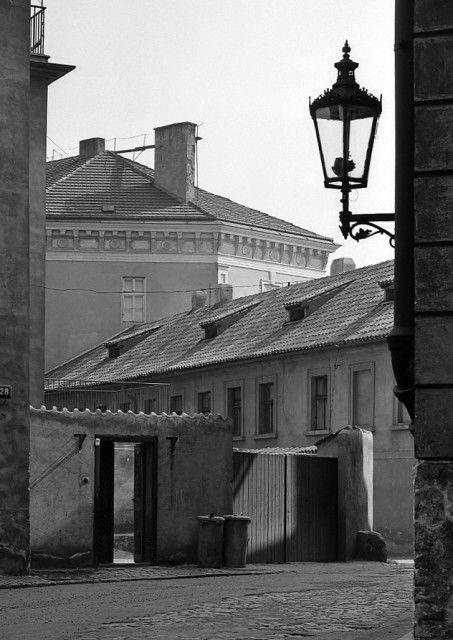 Ústí Cihelné ulice (4529) • Praha, květen 1966 • | černobílá fotografie, Cihelná ulice, lucerna, z ulice U Lužického semináře|•|black and white photograph, Prague|