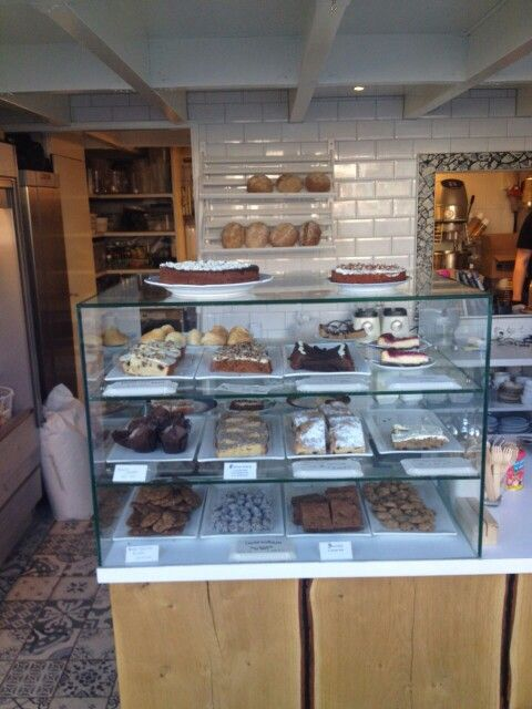 Taart, brownies,  cheesecake.. zin in een kopje koffie of thee ? Kom even langs bij de Bakery of bestel online via www.queensroyalbakery.com!