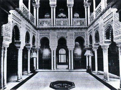 Palacio Xifre, estaba enfrente del museo del Prado. El patio. Fue uno de los edificios privados más hermosos que ha tenido la ciudad. Todos los detalles -desde la verja de cerramiento, la fachada, y hasta las habitaciones interiores- imitaban de una manera perfecta aunque muy costosa la época dorada de la arquitectura árabe.